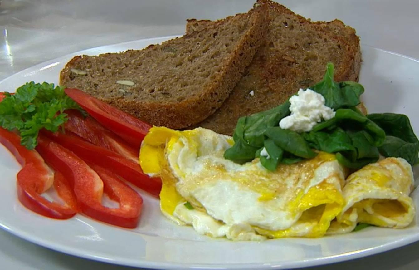 Omeleta se špenátem a kozím sýrem