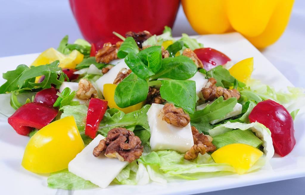 Salát s kozím sýrem, medem a ořechy