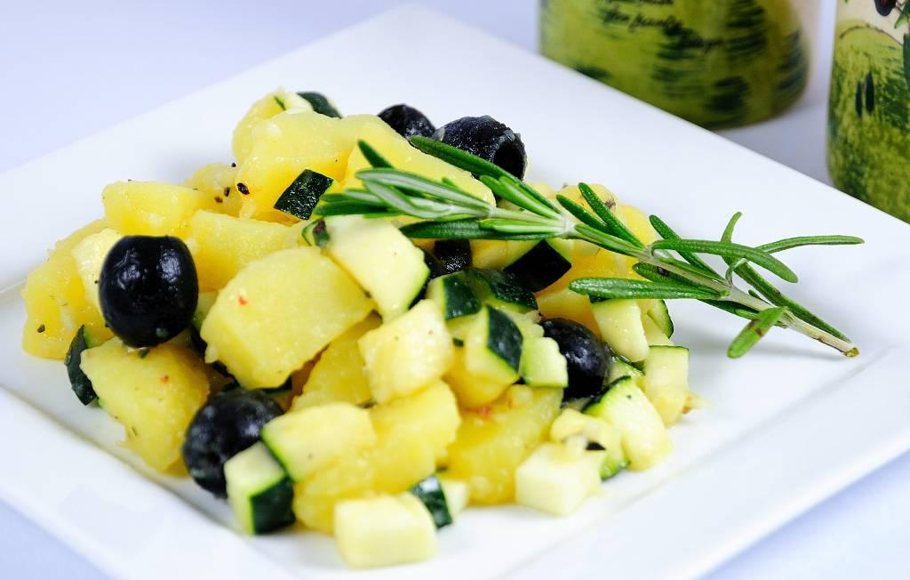 """Lehký"" bramborový salát s olivami a rozmarýnem"