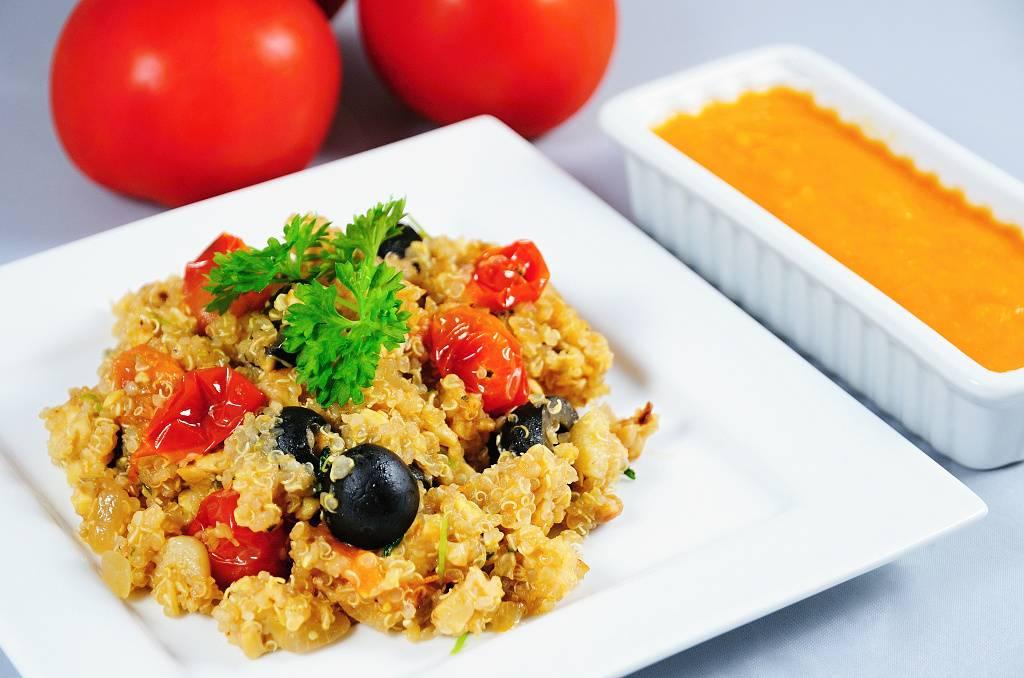 Quinoa s tempehem a rajčatovou salsou