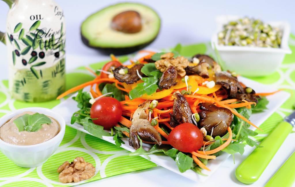 Restovaná hlíva na zeleninovém salátu
