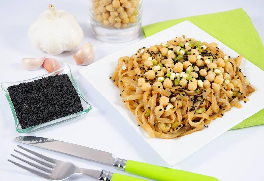 Rýžové nudle s cizrnou a sezamovou omáčkou