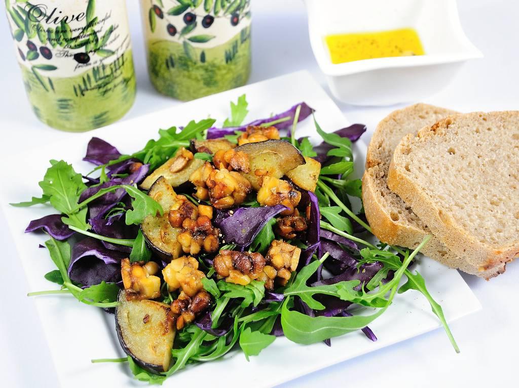 Zelný salát s restovaným lilkem