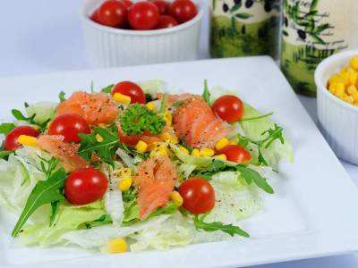 Lehký zeleninový salát s uzeným lososem a rukolou