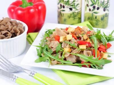 Těstovinový salát s tofu a rukolou