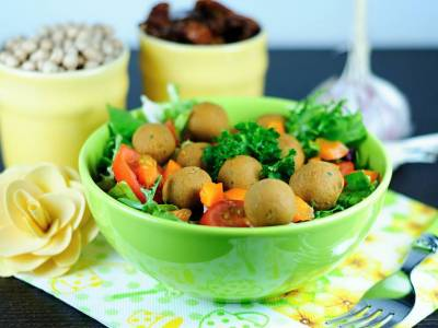 Salad with raw chickpea balls