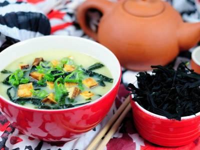 Polévka z bílé ředkve s uzeným tofu