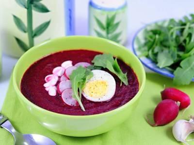 Polévka z červené řepy s rukolou a ředkvičkami