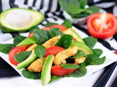 Špenátový salát s kuřecími kousky