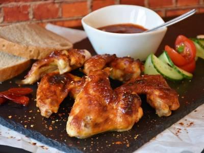 Pečená kuřecí křídla s pikantní omáčkou