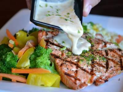 Grilovaný losos s bylinkovým dipem a zeleninovým salátem