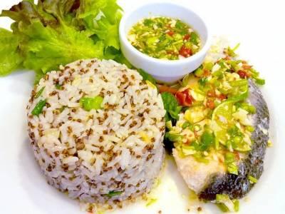 Filet z amura s rýží a zeleninovým salátkem