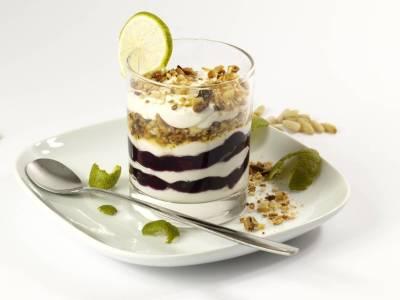 Bílý jogurt s čokoládou a vlašskými ořechy