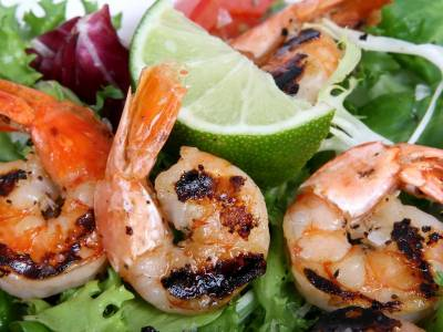Grilované krevety s medem na zeleninovém salátu