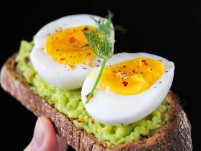 Chléb s avokádovou pomazánkou a vařenými vejci
