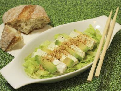 Avokádový salát s balkánským sýrem
