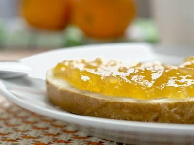 Chléb s máslem a ananasovou marmeládou