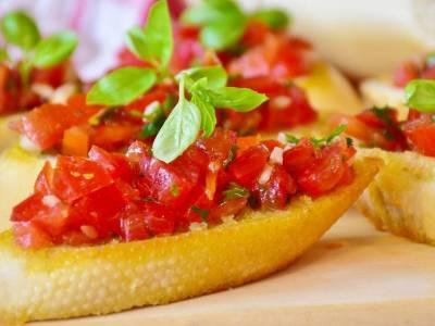Bruschetta s rajčaty a bazalkou