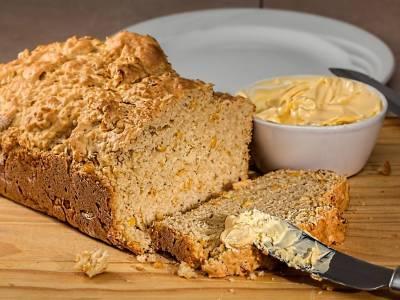 Kukuřičný chléb s margarínem