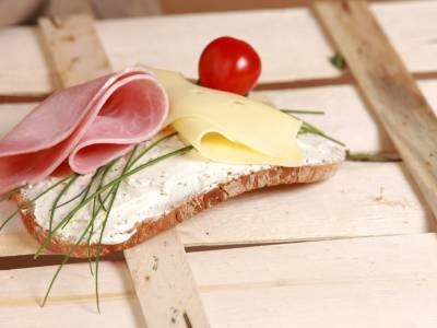 Chléb se šunkou a sýrem