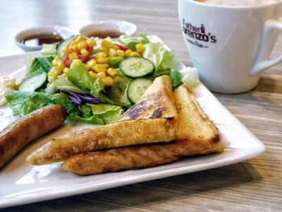 Klobása s toastem a zeleninou