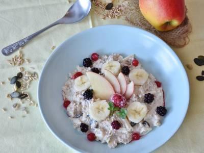 Vločková kaše s ovocem a semínky