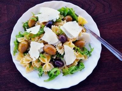 Farfalle salát s olivami