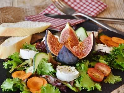 Salát s fíky a kozím sýrem
