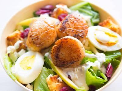 Zeleninový salát s vejcem a krutóny