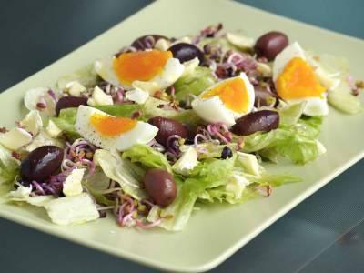 Salát s olivami a vejcem