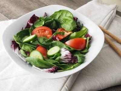 Salát z rajčat a baby špenátu