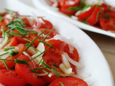 Rajčatový salát s cibulí