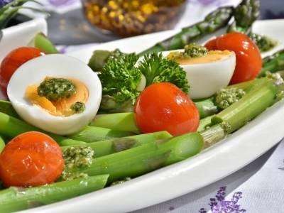 Chřestový salát s vejcem