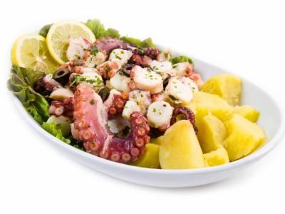 Chobotnice s bramborem a salátem