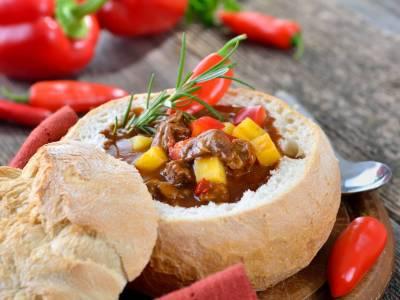 Maďarský guláš vchlebu