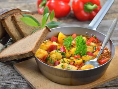 Zeleninový guláš s bramborem