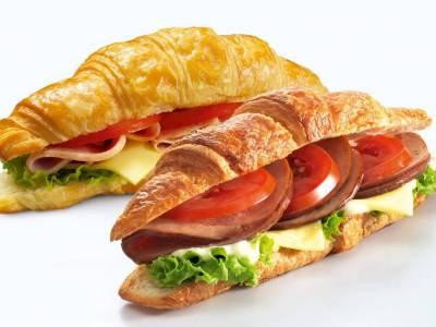 Croissant se šunkou, sýrem a salátem