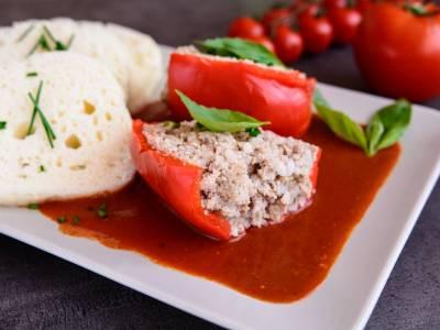 Plněné papriky s rajskou omáčkou a houskovým knedlíkem