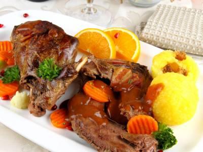 Zajíc s bramborovými knedlíky a zeleninou